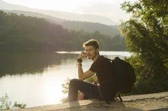 Les loisirs et détendent sur un rivage de lac Photos stock