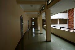 Les longs couloirs, profond, aspects et conception unique de l'architecture de début du 20ème siècle images stock