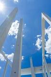 Les longs piliers concrets entrent dans le beau ciel, joi concret Images libres de droits