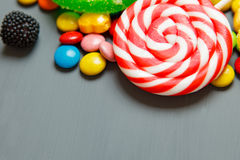 Les lucettes colorées, les cannes de sucrerie et les sucreries douces se mélangent Images stock