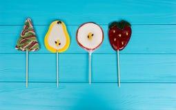 Les lucettes comme arbre de Noël, poire, pomme et fraise courtisent dessus Photographie stock libre de droits