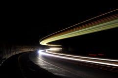 Les lumières abstraites dans une voiture percent un tunnel dans blanc, vert, orange Photo stock