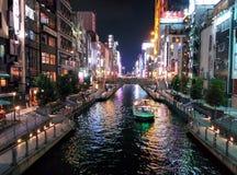 Les lumières de bâtiment se reflètent outre du canal de Dotonbori à Osaka, Japon Photos stock