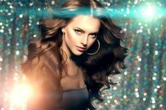 Les lumières de club de femme font la fête cheveux de fille de danse de fond de longs Vagues Photographie stock libre de droits