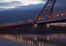 Les lumières de la course de pont de Bugrinsky à l'horizon photographie stock libre de droits