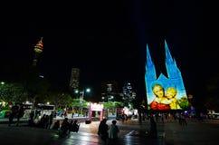 Les lumières de Noël est l'événement annuel par l'éclairage de projection sur l'église de cathédrale du ` s de St Mary nous racon photo stock