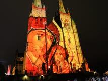 Les lumières de Noël est l'événement annuel par l'éclairage de projection sur l'église de cathédrale du ` s de St Mary nous racon images libres de droits