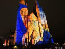 Les lumières de Noël est l'événement annuel par l'éclairage de projection sur l'église de cathédrale du ` s de St Mary nous racon photos stock