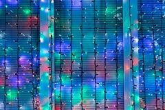 Les lumières de Noël extérieures décorent la fenêtre Photographie stock