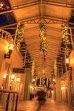 Les lumières de Noël rougeoient au coucher du soleil au-dessus des magasins colorés du V photos libres de droits