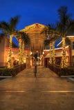 Les lumières de Noël rougeoient au coucher du soleil au-dessus des magasins colorés du V photos stock
