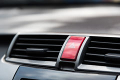 Les lumières de risque se boutonnent et la climatisation de véhicule, la profondeur de fin du champ haute et Photo libre de droits