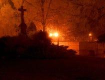 Les lumières de ville dans une ville d'hiver Temps brumeux et neigeux Croix chrétienne dans la nuit Photographie stock libre de droits