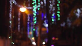 Les lumières de ville de nuit est defocused avec le bokeh gentil banque de vidéos
