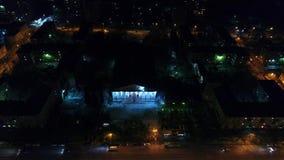 Les lumières de ville la nuit Route urbaine de nuit Tir des tailles avec le bourdon banque de vidéos