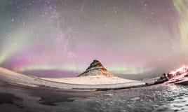 Les lumières du nord et la manière laiteuse d'hiver au-dessus de Kirkjufell Photos stock