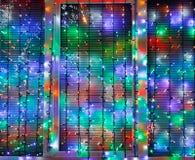 Les lumières extérieures de Noël décorent la fenêtre Photographie stock
