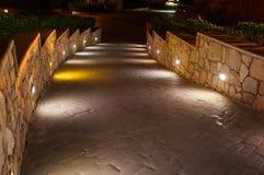 Les lumières illuminent la rue d'allée à la ville de nuit images libres de droits