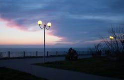 Les lumières illuminent le bord de mer Images libres de droits