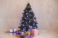 Les lumières intérieures de Noël festonnent des cadeaux de Joyeux Noël de nouvelle année photos stock