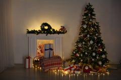 Les lumières intérieures de Noël festonnent des cadeaux de Joyeux Noël de nouvelle année image stock