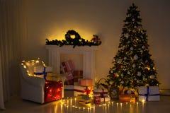 Les lumières intérieures de Noël festonnent des cadeaux de Joyeux Noël de nouvelle année photo libre de droits