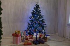 Les lumières intérieures de Noël festonnent des cadeaux de Joyeux Noël de nouvelle année images stock