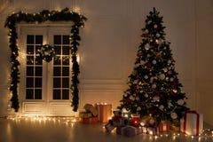 Les lumières intérieures de Noël festonnent des cadeaux de Joyeux Noël de nouvelle année images libres de droits