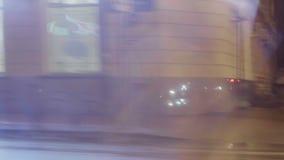 Les lumières lumineuses et rougeoyer se connecte les rues de la ville clips vidéos