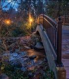 Les lumières ont réfléchi sur le courant par le parc lithiné dans Ashland, Orégon Image stock
