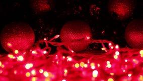 Les lumières rouges brouillées apparaissent de l'obscurité banque de vidéos