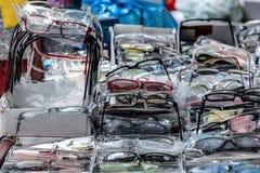 Les lunettes de lecture de diverses couleurs noircissent, rouge, blanc et dioptries à vendre sur un marché local serbe Image libre de droits