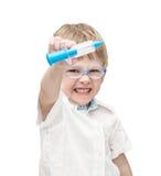 Les lunettes de port de garçon de cinq ans est fâché Photo stock