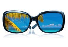 Les lunettes de soleil avec une plage ont réfléchi sur la glace Photo stock