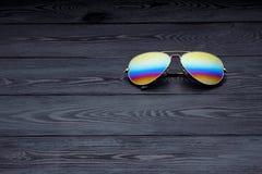 Les lunettes de soleil d'aviateur d'?t? avec les lentilles refl?t?es de couleur ont fait du verre dans un cadre en m?tal de coule image libre de droits