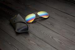 Les lunettes de soleil d'aviateur d'?t? avec les lentilles refl?t?es de couleur ont fait du verre dans un cadre en m?tal de coule photo stock