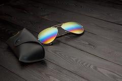 Les lunettes de soleil d'aviateur d'?t? avec les lentilles refl?t?es de couleur ont fait du verre dans un cadre en m?tal de coule images stock