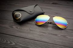 Les lunettes de soleil d'aviateur d'?t? avec les lentilles refl?t?es de couleur ont fait du verre dans un cadre en m?tal de coule photos libres de droits