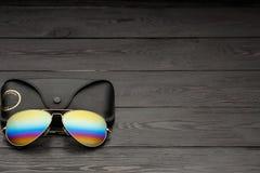 Les lunettes de soleil d'aviateur d'?t? avec les lentilles refl?t?es de couleur ont fait du verre dans un cadre en m?tal de coule image stock