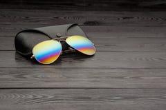 Les lunettes de soleil d'aviateur d'?t? avec les lentilles refl?t?es de couleur ont fait du verre dans un cadre en m?tal de coule photo libre de droits