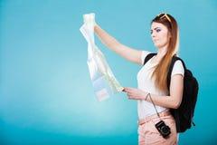 Les lunettes de soleil de touristes de femme ont indiqué la carte sur le bleu Photographie stock libre de droits