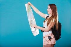 Les lunettes de soleil de touristes de femme ont indiqué la carte sur le bleu Image libre de droits