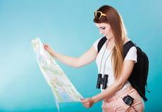 Les lunettes de soleil de touristes de femme ont indiqué la carte sur le bleu Photos stock