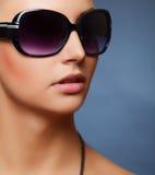 Les lunettes de soleil des femmes élégantes Photo stock