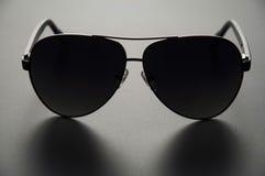 Les lunettes de soleil des hommes avec polarisé Photo libre de droits