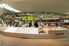 Les lunettes de soleil entreposé dans le terminal de Ben Gurion International Airport Image libre de droits