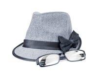 Les lunettes de soleil et un chapeau de femme Photographie stock