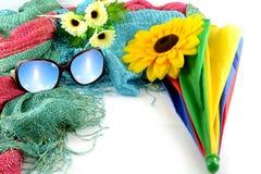 Les lunettes de soleil ont un ciel en vacances images libres de droits