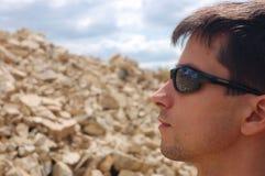 Les lunettes de soleil protègent l'oeil Image libre de droits