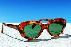 Les lunettes de soleil rouges des femmes images stock